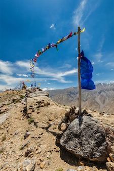 Buddyjskie flagi modlitewne lungta w dolinie spiti