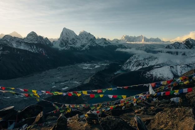 Buddyjskie flagi modlitewne w himalajach, annapurna base camp area w nepalu.