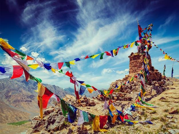 Buddyjskie flagi modlitewne w himalajach