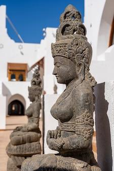 Buddyjskie posągi przed wejściem do hotelu na szczęście i przyciąganie turystów do kurortu sharm el sheikh, egipt, z bliska