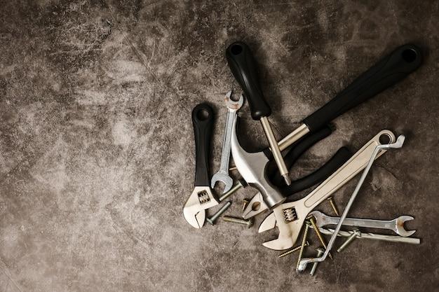 Budów narzędzia na betonowym tekstury tle. wolne miejsce na tekst
