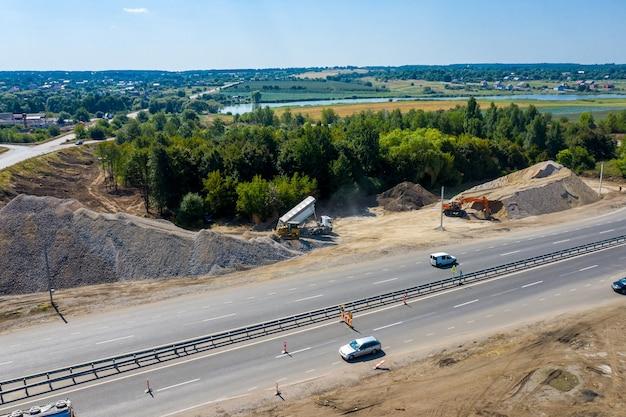 Budowa. budowa zakładu do produkcji asfaltu. ciężkie maszyny na drogach.
