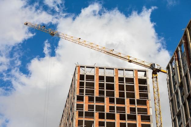 Budowa budynku wielokondygnacyjnego. dźwig towarowy