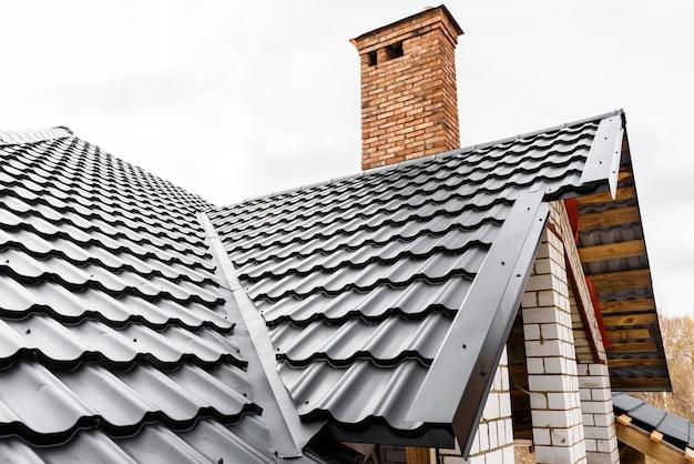 Budowa dachu domu. płytki metalowe.