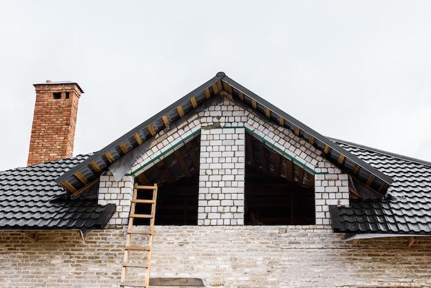 Budowa dachu dwuspadowego. poszycie metalowego dachu. nachylenie dachu.