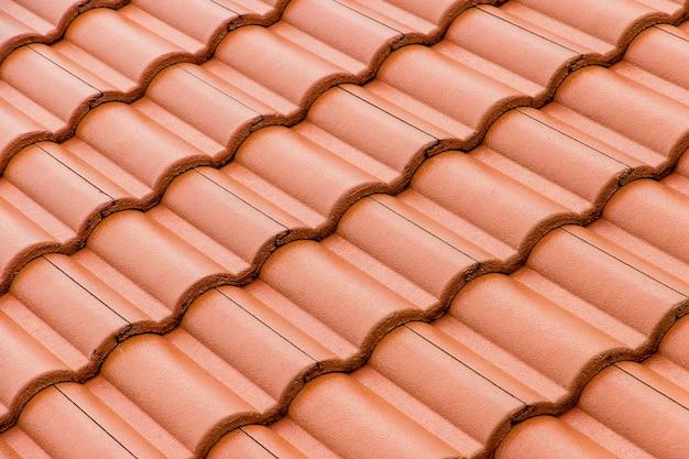 Budowa domu dachówki betonowe. kolor pomarańczowy