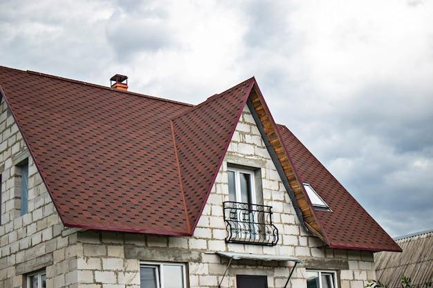 Budowa domu z białych bloków gazokrzemianowych z miękkim dachem