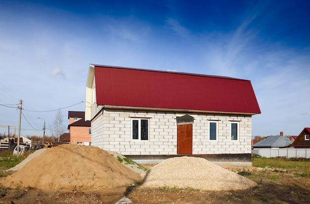 Budowa domu z bloków w okresie