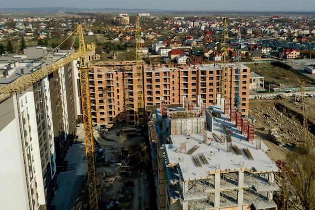 Budowa i konstrukcja wieżowców, przemysł budowlany z wyposażeniem roboczym i pracownikami. widok z góry, z góry. tło i tekstura