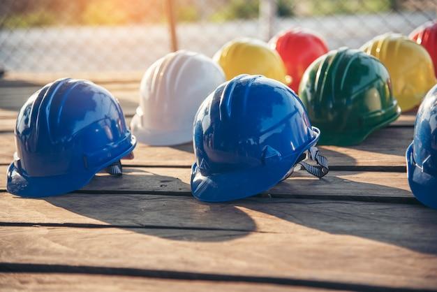 Budowa kasku ochronnego narzędzia sprzęt dla pracowników na budowie dla inżyniera budownictwa