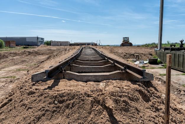Budowa kolei w słoneczny dzień