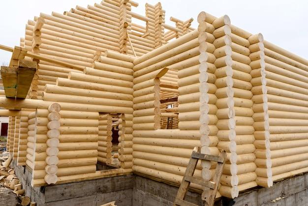 Budowa kościoła chrześcijańskiego z ręcznie obrobionych bali drewnianych bez użycia gwoździ