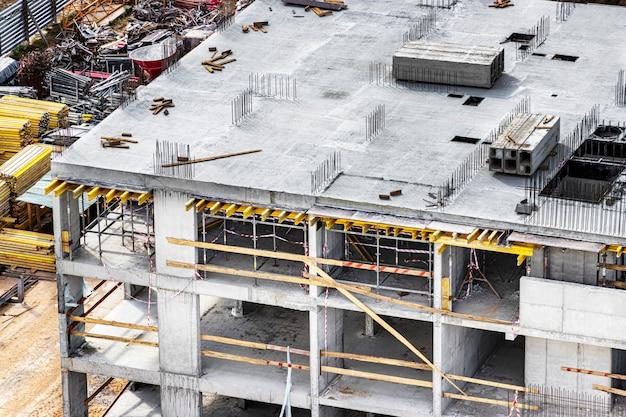 Budowa monolitycznego domu żelbetowego. nowoczesne technologie budowlane. budowa nowoczesnego budynku wielokondygnacyjnego.