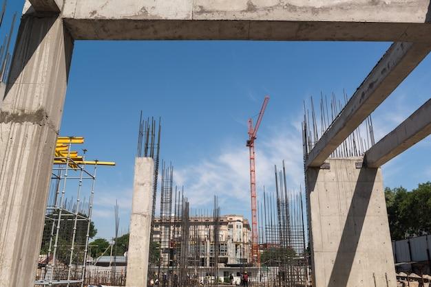 Budowa nowego budynku, betonowa rama i zbrojenie z dźwigiem, widok ogólny