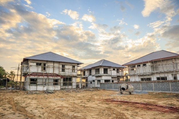 Budowa nowego domu mieszkalnego w trakcie budowy