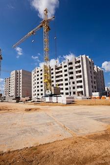 Budowa nowego domu - plac budowy, na którym odbywa się budowa nowego domu wielopiętrowego.