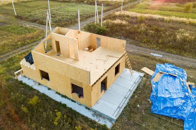 Budowa nowego i nowoczesnego domu modułowego. ściany wykonane z kompozytowych drewnianych paneli lakowych,