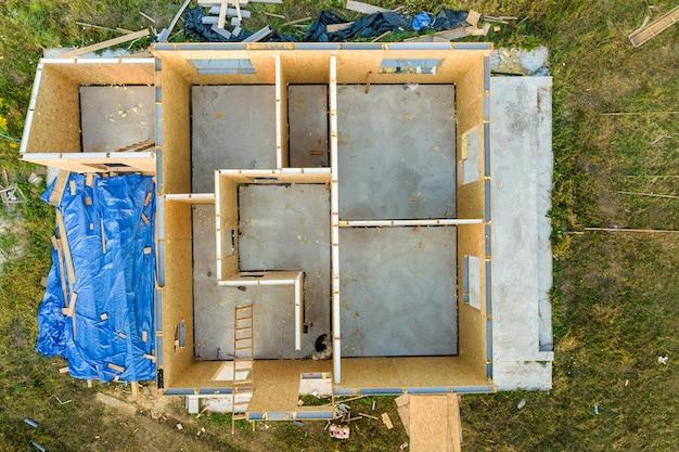Budowa nowego i nowoczesnego domu modułowego. ściany wykonane z kompozytowych drewnianych paneli ściekowych z izolacją styropianową w środku. budowanie nowej ramy energooszczędnego domu.