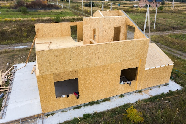 Budowa nowego i nowoczesnego domu modułowego. ściany wykonane z kompozytowych drewnianych paneli ściennych z wewnętrzną izolacją styropianową.