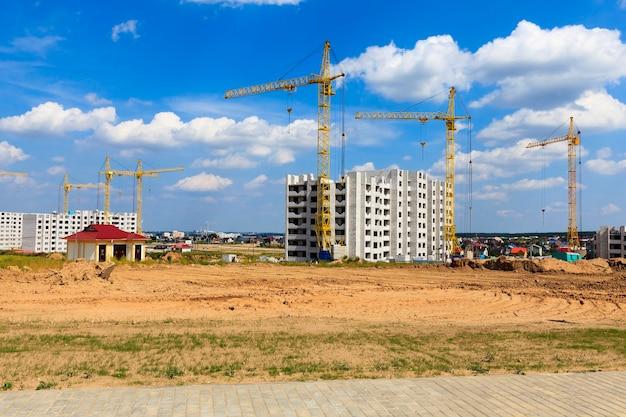 Budowa nowego wielokondygnacyjnego budynku mieszkalnego w mieście