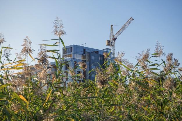 Budowa nowoczesnych budynków. koncepcja ekologicznego mieszkania.