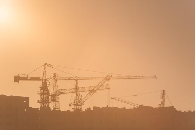 Budowa placu budowy i dźwigi o wschodzie słońca
