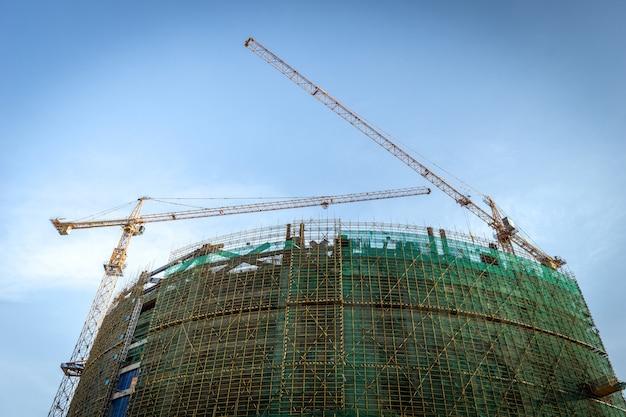 Budowa placu budowy, wysokie wieżowce i dźwigi.