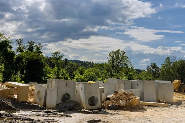 Budowa rury betonowej kanalizacji drenażowej na drodze do rur drenażowych prostokątnych