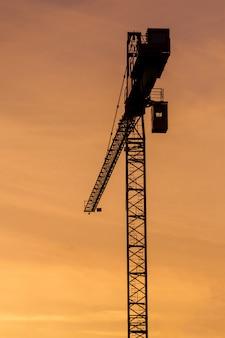 Budowa sylwetki żurawia na niebie