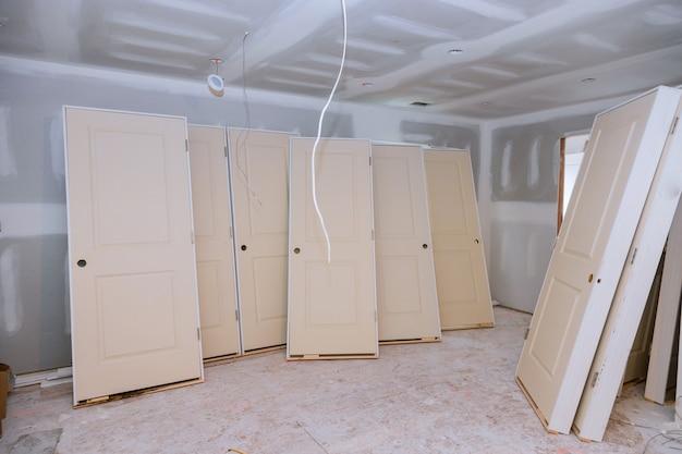 Budowa wnętrz projektu mieszkaniowego z zainstalowanymi drzwiami
