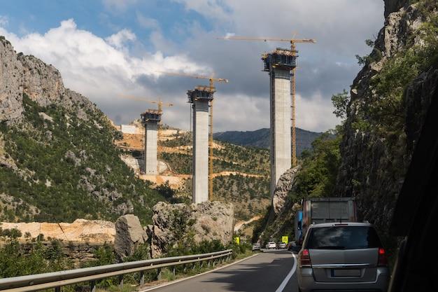 Budowa wysokiego mostu moracica w czarnogórze