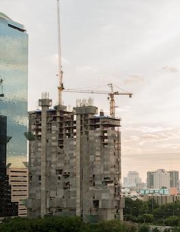 Budowa z dźwigiem i budynkiem