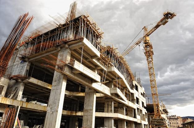 Budowa z dźwigiem i budynku
