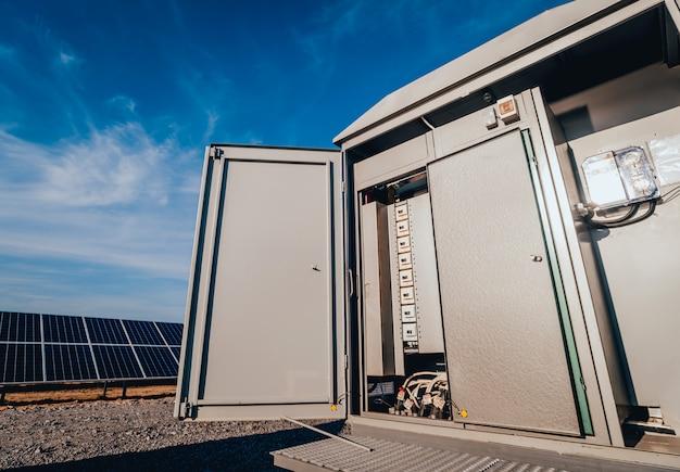 Budowanie falownika i magazynowanie energii. park ogniw słonecznych