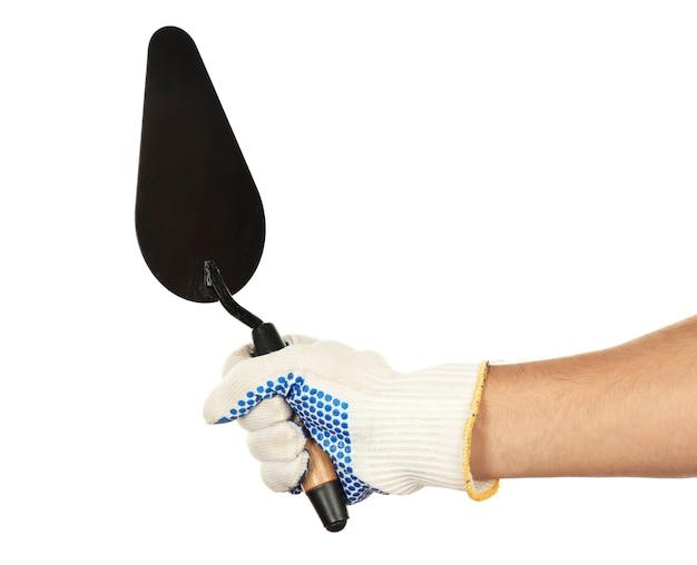 Budowanie kielni w męskiej dłoni z rękawic budowlanych na białym tle