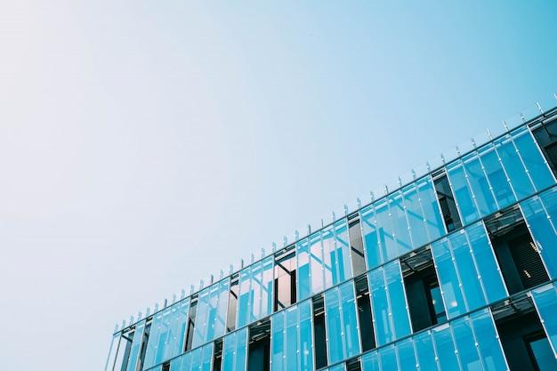 Budowanie w szklanej fasadzie w ciągu dnia