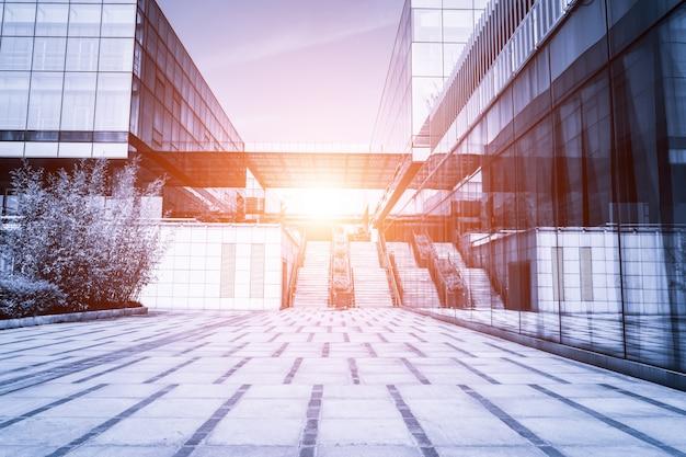 Budowanie ze schodami ze słońcem w middel