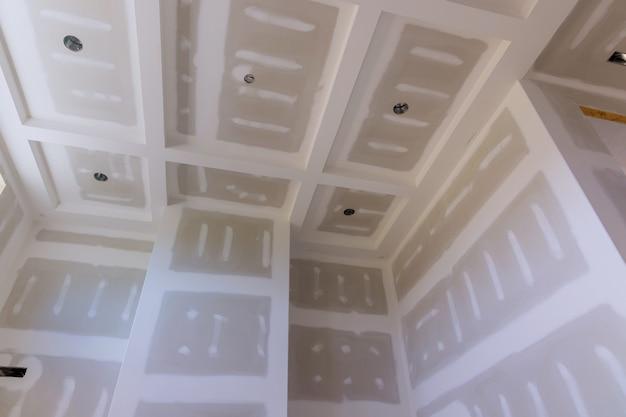 Budownictwo domowe na ścianach płyty gipsowo-kartonowe z pomieszczeniem w budowie