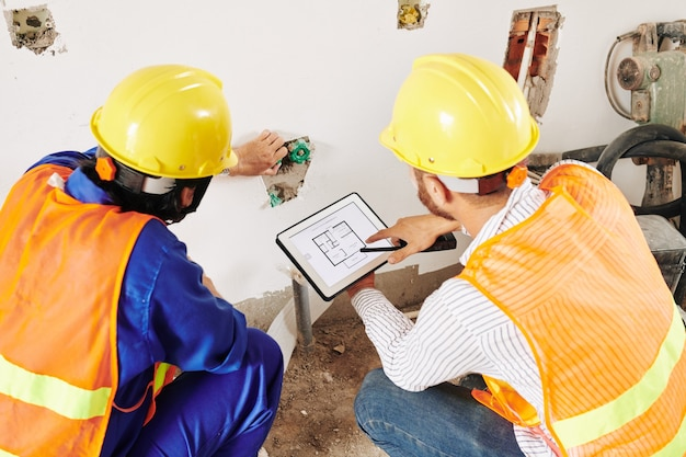 Budowniczowie instalują rury