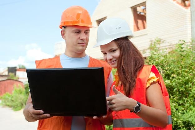 Budowniczowie pracują na budowie