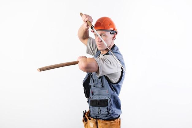 Budowniczy pokazuje walkę z kataną repairmanem w kasku i ubraniu roboczym