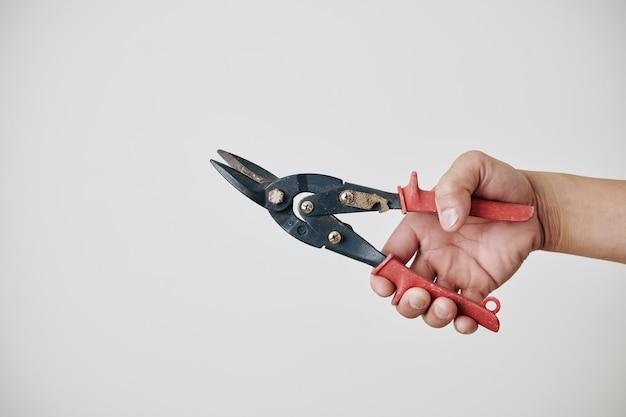 Budowniczy trzymający nożyce do metalu