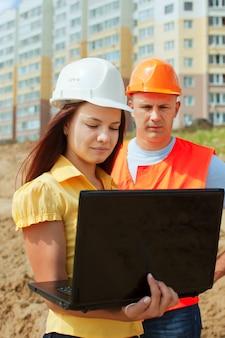 Budowniczy w hardhat pracuje na budowie