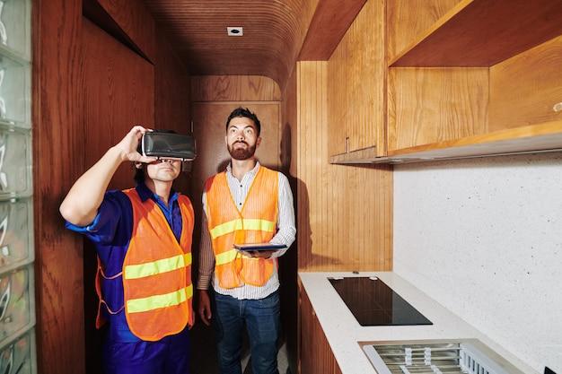 Budowniczy w okularach rozszerzonej rzeczywistości wyobrazić sobie, jak powinno wyglądać odnowione mieszkanie