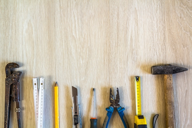 Budowy, budynku i naprawy narzędzia ustawiający dla domowej pracy na drewnianym tle. widok z góry.