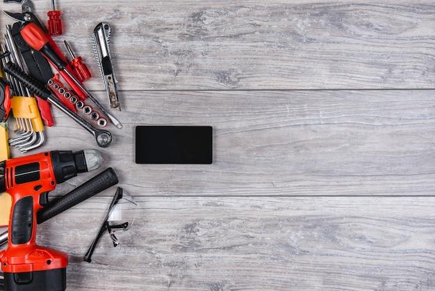 Budowy narzędzi ręcznych mieszkanie kłaść na drewnianym tle