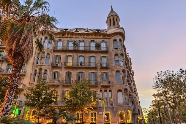 Budujący casa sayrach przy zmierzchem, barcelona, hiszpania