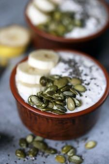 Budyń chia z pestkami dyni i bananem. zdrowe śniadanie lub przekąska. dieta ketonowa. deser keto. deser bez cukru