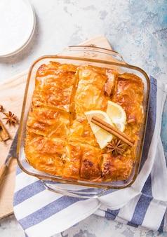 """Budyń grecki tradycyjny deser """"galaktoboureko"""" lub bougatsa zapiekany na patelni z syropem."""