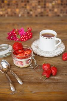 Budyń truskawkowy z syropem truskawkowym podany z herbatą
